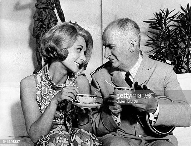 Louis de Funes *Filmschauspieler Komiker Frankreichmit Claude Gensac in dem Film 'Balduin der Heiratsmuffel'F/I 1968