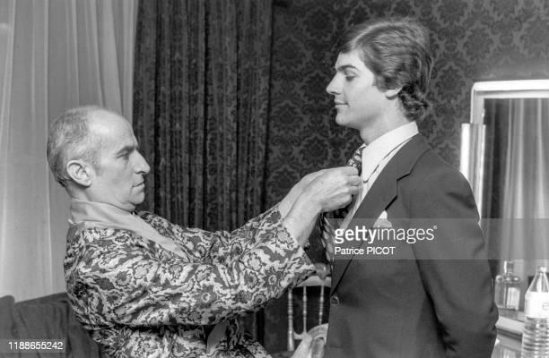 Louis de Funès dans sa loge en compagnie de son fils Olivier au théâtre du Palais Royal pour la pièce 'Oscar' à Paris le 20 septembre 1972 France