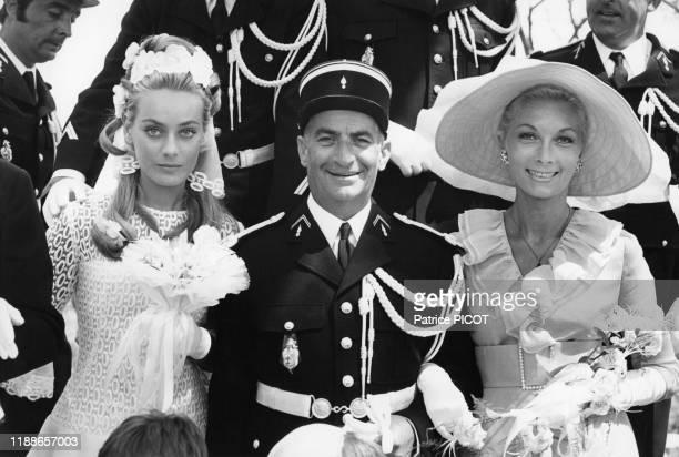 Louis de Funès entouré de Geneviève Grad et Claude Gensac sur le tournage du film 'Le Gendarme se marie' de Jean Girault à SaintTropez le 8 juillet...