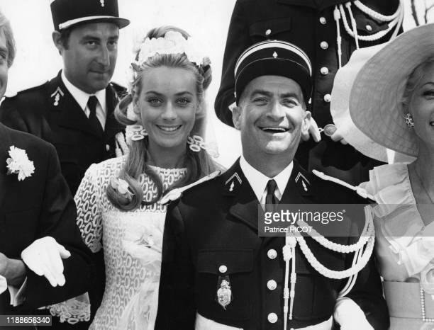 Louis de Funès entouré de Michel Galabru Jean Lefebvre Michel Modo Geneviève Grad Claude Gensac Guy Grosso et Christian Marin sur le tournage du film...