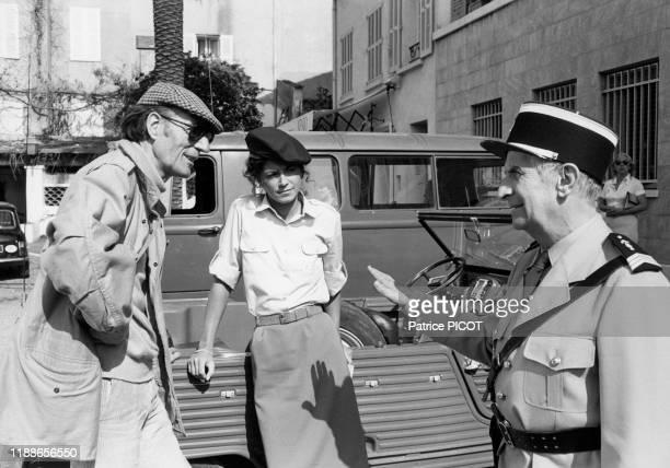 Louis de Funès et Babeth Hallyday en compagnie du réalisateur Jean Girault sur le tournage du film 'Le Gendarme et les gendarmettes' à SaintTropez le...