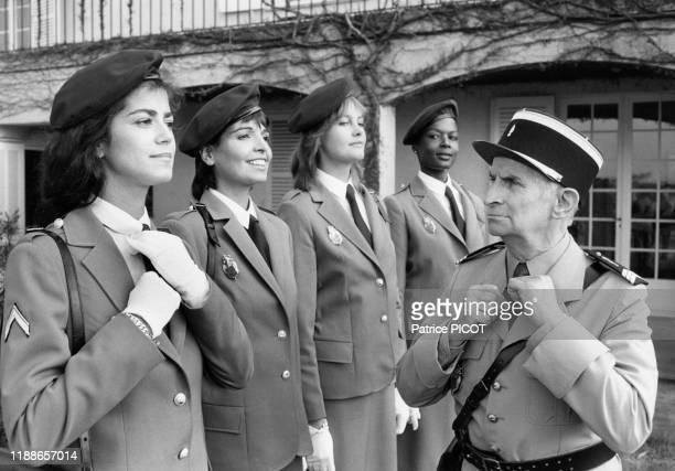 Louis de Funès et Babeth Hallyday lors du tournage du film 'Le Gendarme et les gendarmettes' de Jean Girault à SaintTropez le 7 avril 1982 France