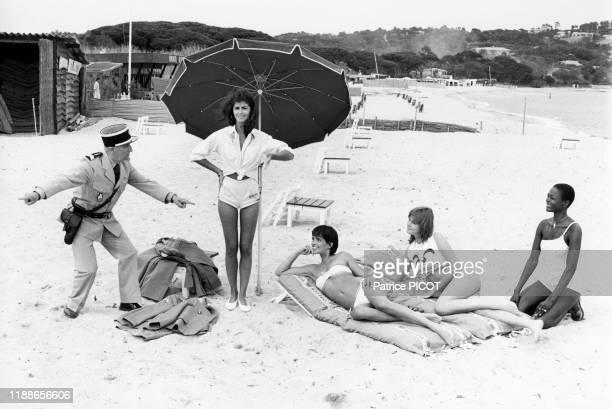 Louis de Funès et Babeth Hallyday sur le tournage du film 'Le Gendarme et les gendarmettes' de Jean Girault à SaintTropez le 10 mai 1982 France