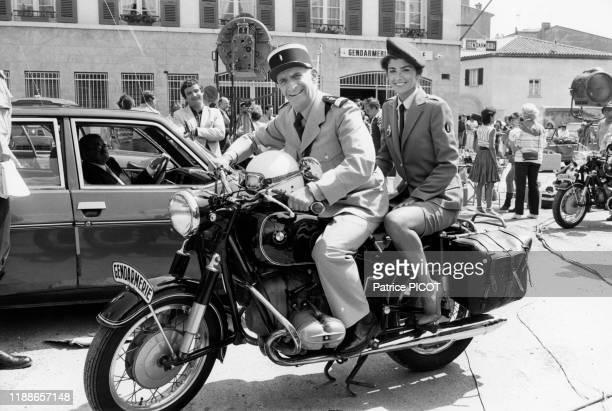 Louis de Funès et Babeth Hallyday sur une moto BMW de la gendarmerie pendant le tournage du film 'Le Gendarme et les gendarmettes' de Jean Girault à...
