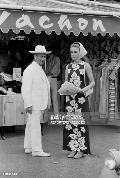 Louis de Funès et Geneviève Grad lors du tournage du film 'Le gendarme de SaintTropez' réalisé par Jean Girault le 4 juin 1964 à SaintTropez France