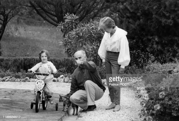 Louis de Funès et sa femme Jeanne Augustine avec leur petite fille Julia dans la villa de l'acteur à SaintTropez le 10 mai 1982 France