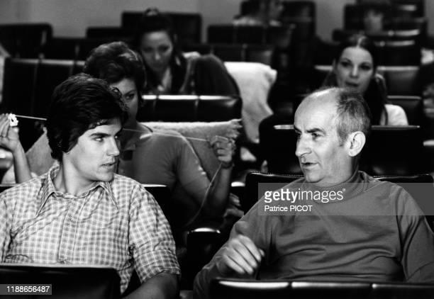 Louis de Funès et son fils Olivier pendant le tournage du film 'L'homme orchestre' réalisé par Serge Korber le 5 décembre 1969 Paris France
