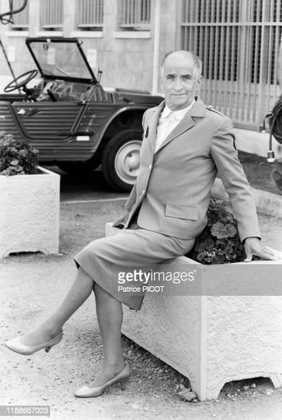 Louis de Funès habillé en femme lors du tournage du film 'Le Gendarme et les gendarmettes' de Jean Girault à SaintTropez le 10 mai 1982 France