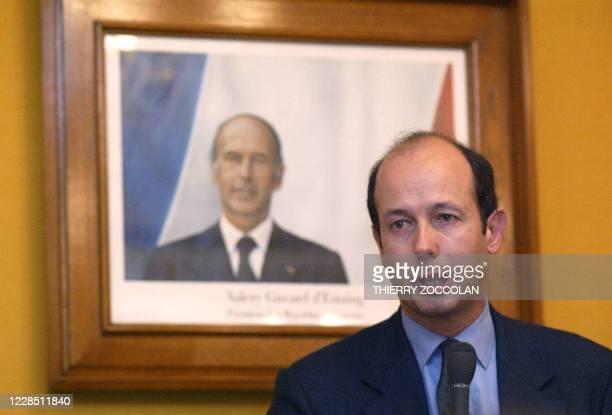 Louis Giscard d'Estaing, le fils de l'ancien président Valéry Giscard d'Estaing s'exprime devant le portrait de son père, le 17 mai 2005 à la mairie...