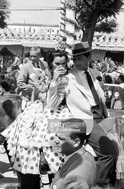Louis Miguel Dominguín And Lucia Bose At The Feira In Sevilla En Espagne lors de la feria de Seville le toréador Louis Miguel DOMINGUIN faisant boire...