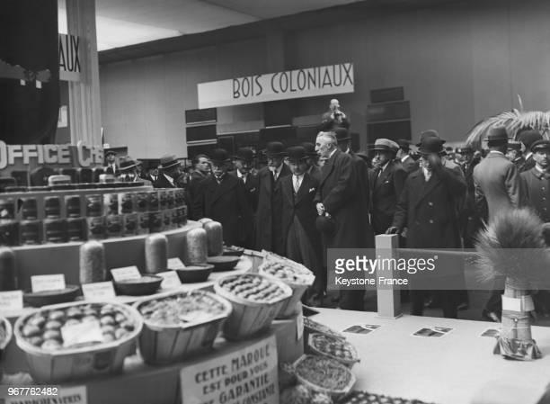 Louis Rollin devant un stand lors de sa visite de la Foire de Paris France le 22 mai 1935