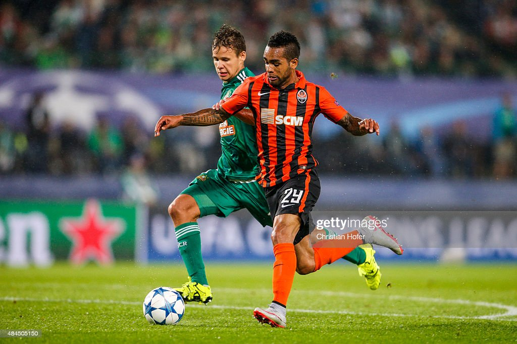 Louis Schaub of Vienna (L) competes for the ball with Alex Teixeira of Donetsk during the UEFA Champions League: Qualifying Round Play Off First Leg match between SK Rapid Vienna and FC Shakhtar Donetsk on August 19, 2015 in Vienna, Austria.