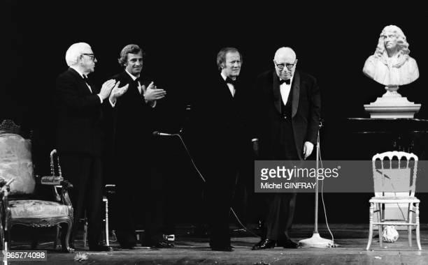 Louis Seigner fait ses adieux à la scène en présence de ses amis Jean Gabin et JeanPaul Belmondo 25 avril 1974 Paris France