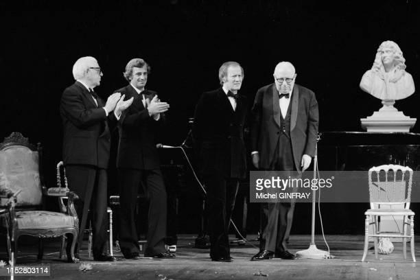Louis Seigner fait ses adieux à la scène en présence de ses amis Jean Gabin JeanPaul Belmondo et Jacques Chancel sur la scène de la Comédie Française...