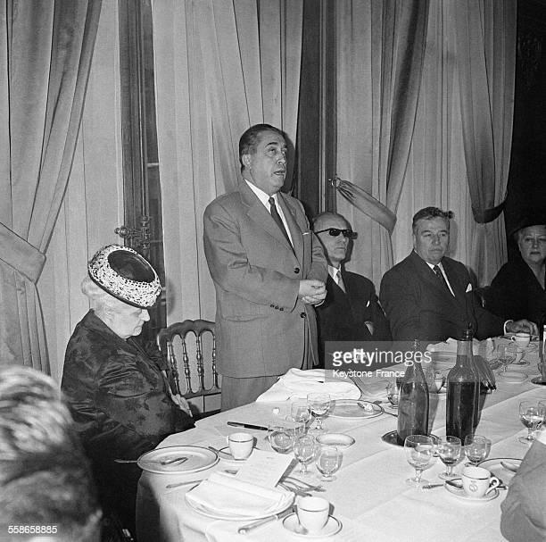 Louis Terrenoire prononçant son discours à sa gauche la célèbre journaliste Geneviève Tabouis à l'Hôtel du Palais d'Orsay à Paris France le 9 mai 1960