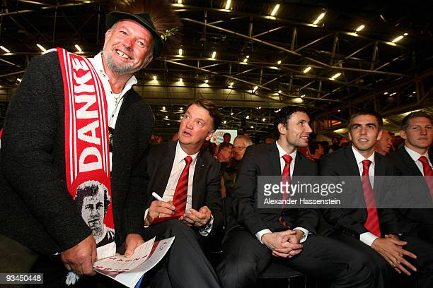 Louis van Gaal head coach of Bayern Muenchen and his players Mark van Bommel Philipp Lahm and Bastian Schweinsteiger talk to a supporter during the...