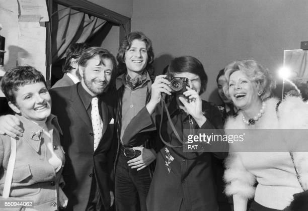 Louis Velle et son épouse Frédérique Hébrard Mike Brant et Jacqueline Huet entourent Salvatore Adamo à l'Olympia lors de sa rentrée parisienne le 2...