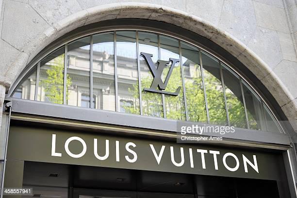 panneau-boutique louis vuitton et monogramme - louis vuitton marque de designer photos et images de collection