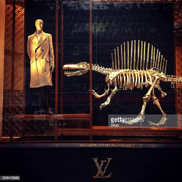 Boutique Louis Vuitton vitrine sur les Champs-Élysées