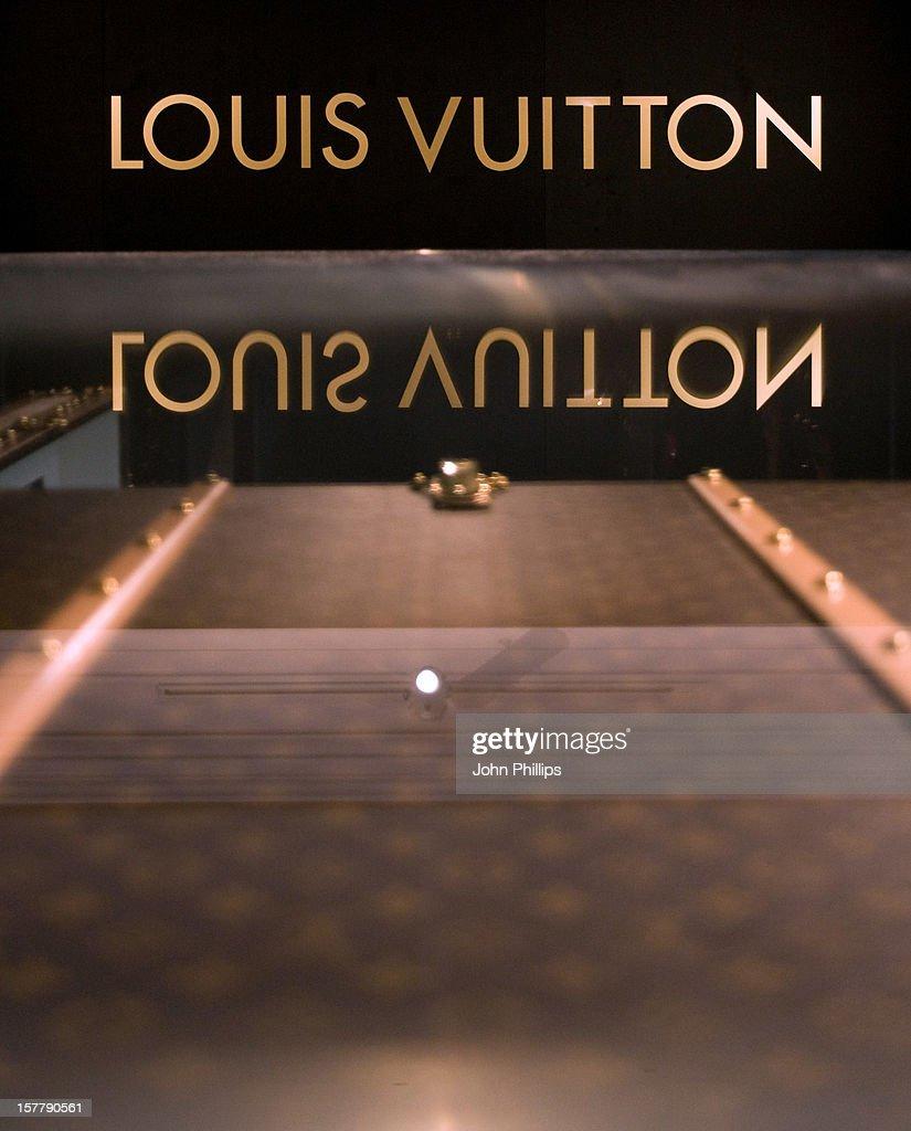 Louis Vuitton S L Excellence Du Savoir Faire London Pictures  # Muebles Savoir Faire