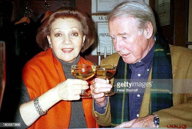 Louise Martini Ehemann Heinz WilhelmSchwarz sterreich WienStammlokal Zur frommen HeleneRestaurant Wein Weinglas Glasanstoßen trinken Mann Ehepaar