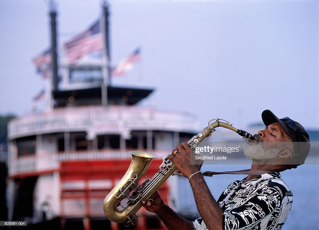 USA, Louisiana, New Orleans, saxophonist and paddle steamer : ストックフォト