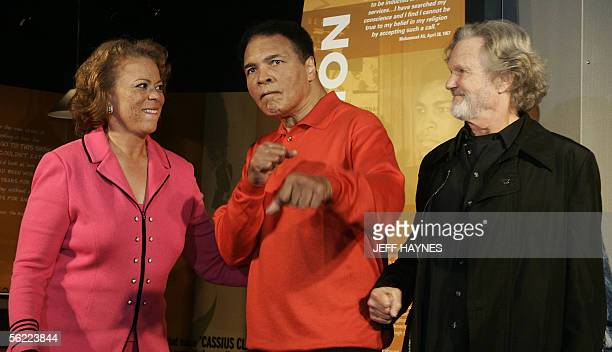 Muhammad Ali strikes a boxing pose with wife Lonnie and musican Kris Kristofferson at the Muhammad Ali Center 18 November 2005 in Louisville KY...