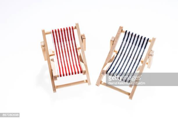 lounge chairs against white background - tumbona fotografías e imágenes de stock