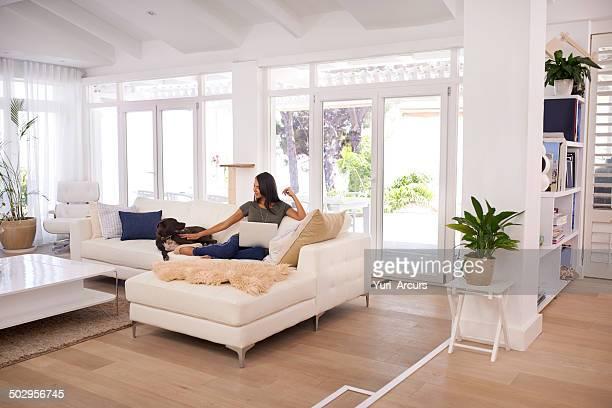 Descansa en la sala de estar