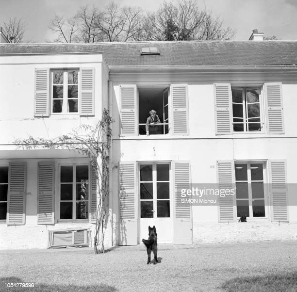Louveciennes SeineetOise France avril 1951 La comédienne française Danièle DARRIEUX reçoit Paris Match dans sa propriété une maison blanche à un...