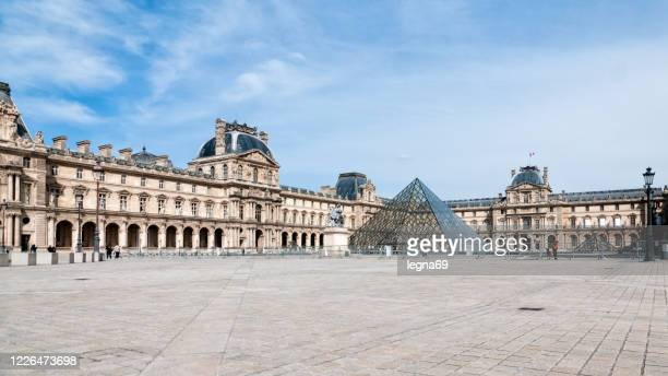 louvre and place du carroussel are empty, without tourists. - musee du louvre stock pictures, royalty-free photos & images