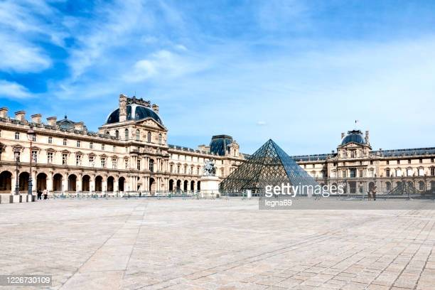 louvre and place du carroussel are empty, without tourists. - louvre pyramid stock pictures, royalty-free photos & images