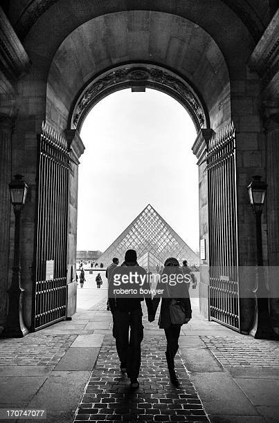 Louvre couple love