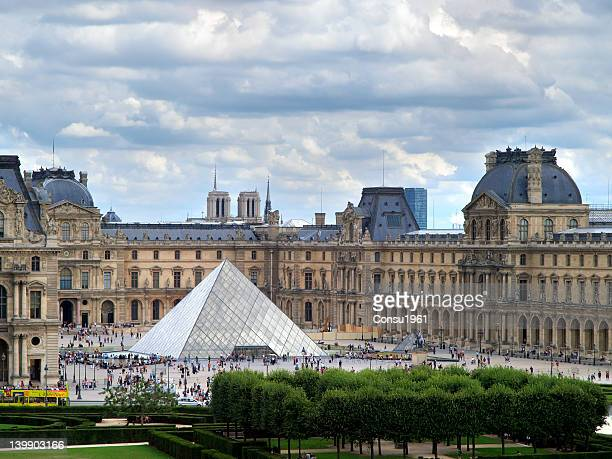 louvre museum and pei's pyramid. - musee du louvre stock pictures, royalty-free photos & images