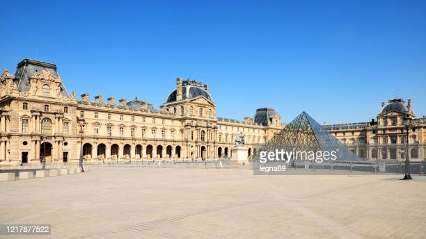 louvre place and pyramid empty during pandemic covid 19 in europe. - musee du louvre stock pictures, royalty-free photos & images