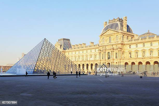 louvre pyramid and museum on a cold morning. 01st december 2016 - louvre pyramid stock pictures, royalty-free photos & images
