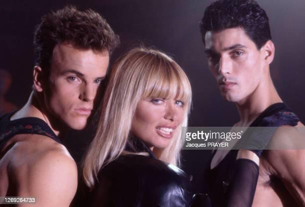 Lova Moor, entourée de danseurs, tourne le clip de sa chanson 'Et je danse' en décembre 1988, France.