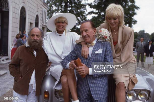 Lova Moor et Alain Bernardin à Louveciennes le 28 juin 1985 en compagnie de leurs témoins, le sculpteur César et Mireille Darc, France.