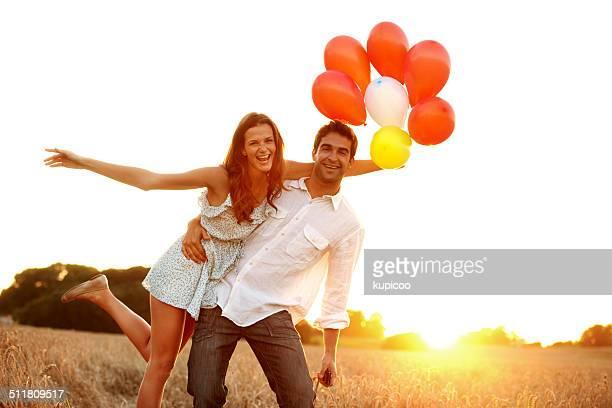 Liebe und Lachen in den Sonnenuntergang
