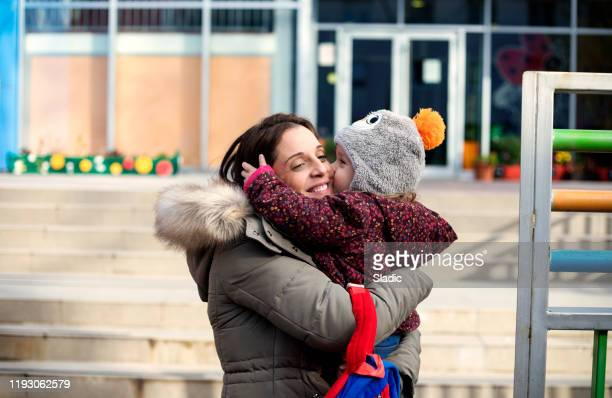 liebe und morgentrubel - gemeinsam gehen stock-fotos und bilder