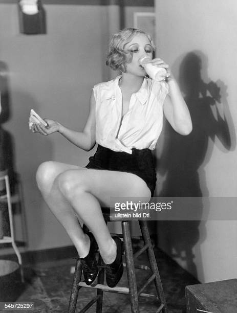 Love Bessie Actress USA *10091898 sitting on a stool and drinking milk published 'Berliner Morgenpost' Produced by MetroGoldwynMayer Photographer...