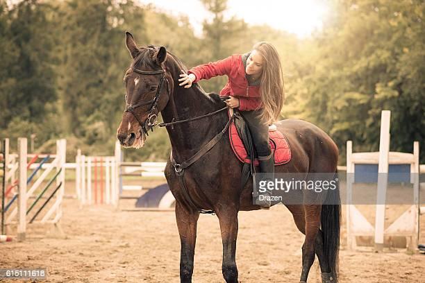 amor entre humanos y caballos - evento ecuestre fotografías e imágenes de stock