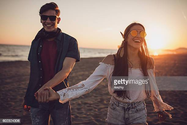 love bird holding hands in the sunset on the beach - dia dos namorados - fotografias e filmes do acervo