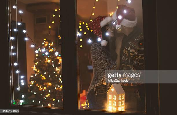 Liebe paar Genießen Sie Weihnachten bei Nacht