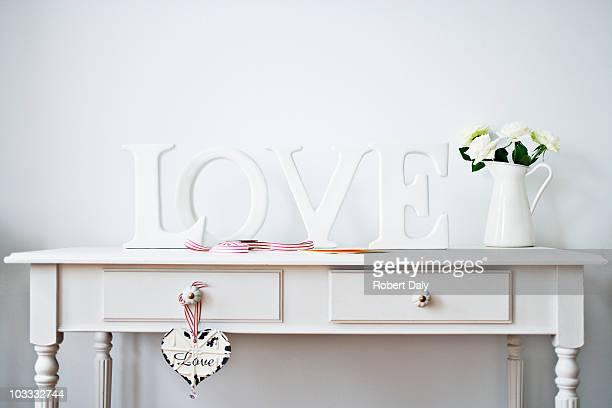 Love Dekoration Band, Rosen und Karte auf dem Schreibtisch