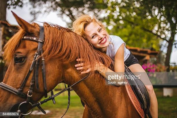 amor su caballo - 1 woman 1 horse fotografías e imágenes de stock