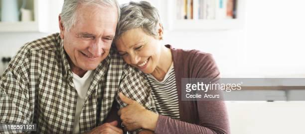 la amo più di ogni altra cosa - coppia anziana foto e immagini stock
