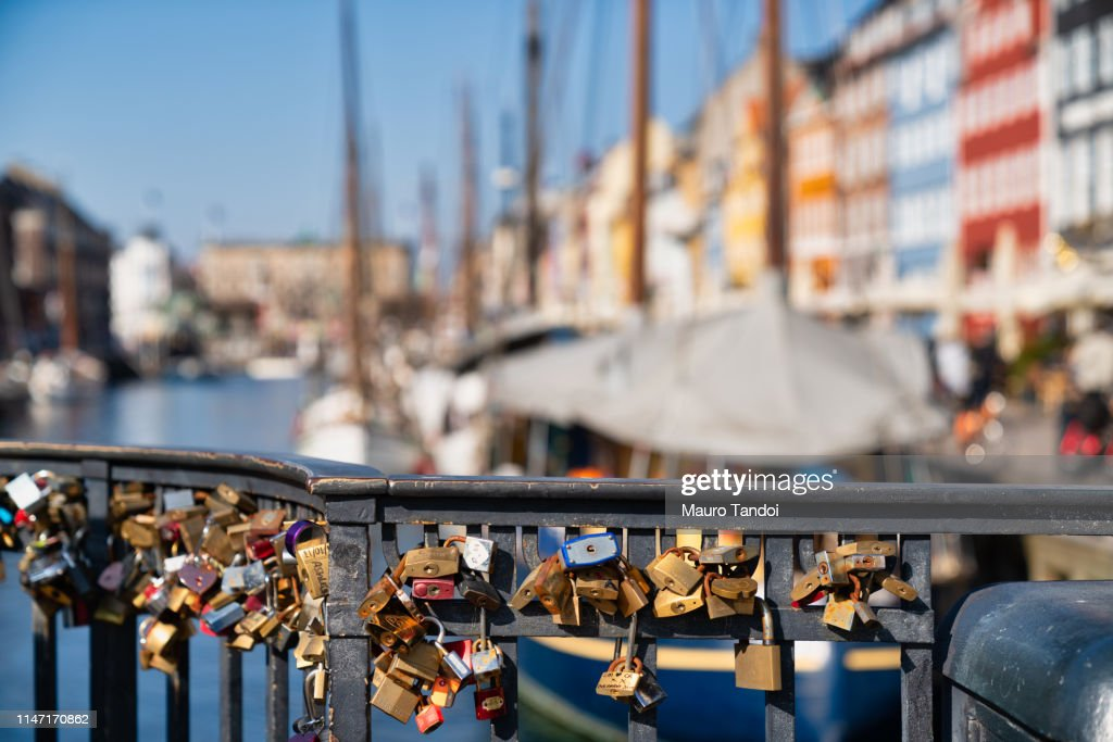 Love locks hanging on the bridge in the foreground, Nyhavn, Copenhagen : Foto stock