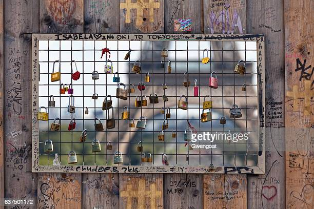 love locks in paris - gwengoat stock pictures, royalty-free photos & images