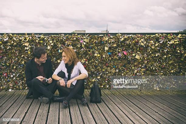 Liebe hält auf einer Brücke in Paris